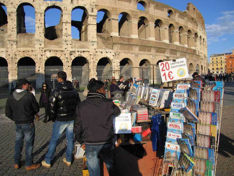 Il degrado sempre più diffuso nelle città italiane assedia anche monumenti come il Colosseo a Roma