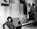 Peggy Guggenheim tra alcune opere della sua collezione