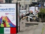 I totem che pubblicizzano il Forum delle Culture di Napoli del 2013: abusivi