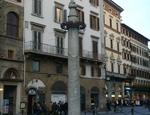 Colonna di San Zanobi in piazza del Duomo a Firenze