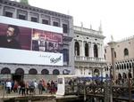 Megacartelloni pubblicitari coprono il restauro di un palazzo a Venezia: le linee guida firmate da Ornaghi non fissano misure precise; dicono tuttavia che le affissioni non devono offuscare la dignità del bene culturale